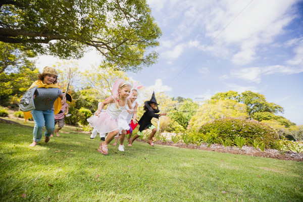 Glücklich Kinder racing Park Frau Freunde Stock foto © wavebreak_media