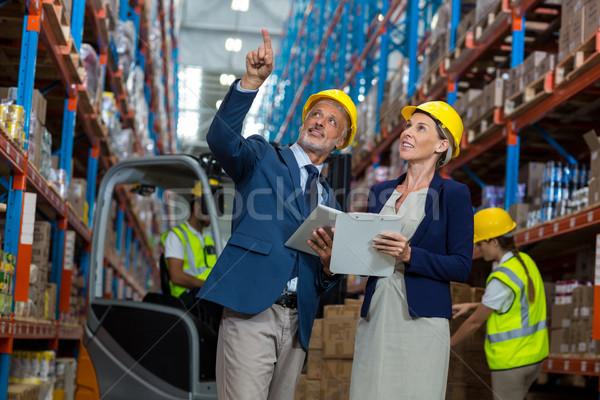 Retrato indicação olhando prateleiras armazém Foto stock © wavebreak_media