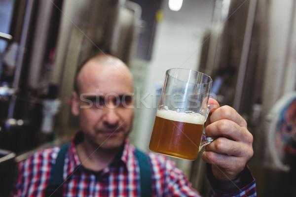 Gyártó néz sör bögre férfi technológia Stock fotó © wavebreak_media