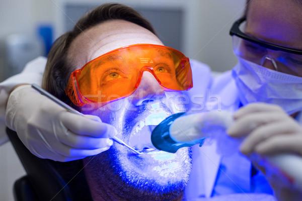 Vrouwelijke tandarts onderzoeken mannelijke patiënt tools Stockfoto © wavebreak_media