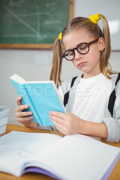 Concentrado lectura libro escritorio nina escuela Foto stock © wavebreak_media