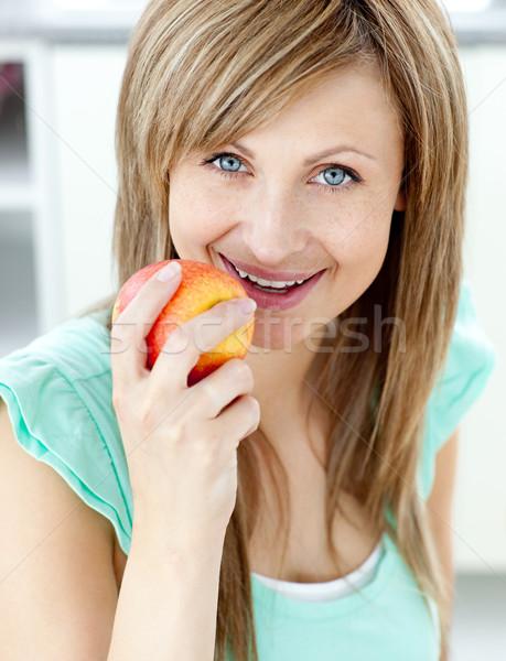 кавказский женщину еды яблоко кухне домой Сток-фото © wavebreak_media
