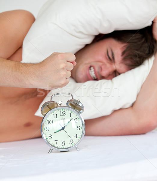 Arrabbiato uomo sveglia letto giovani Foto d'archivio © wavebreak_media