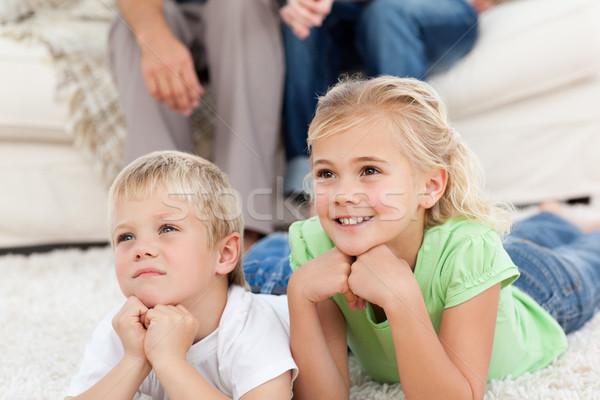 Brat siostra oglądanie telewizji piętrze rodziców bawialnia Zdjęcia stock © wavebreak_media
