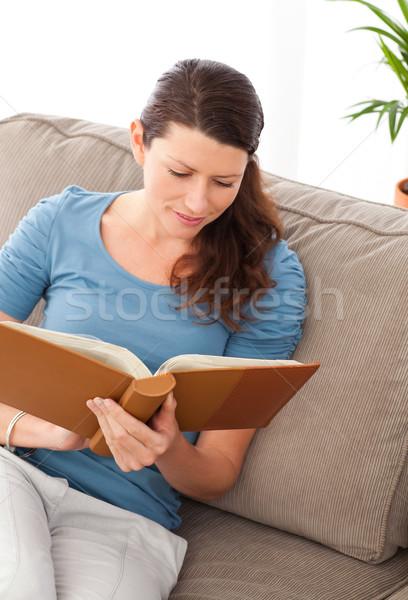 внимательный женщину чтение книга сидят диван Сток-фото © wavebreak_media