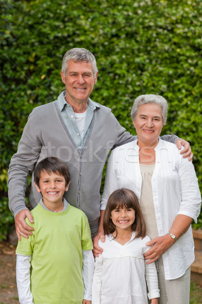 дедушка и бабушка детей глядя камеры саду семьи Сток-фото © wavebreak_media