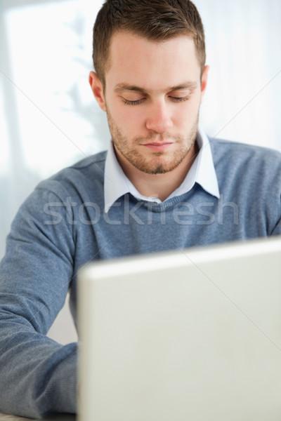 Stock foto: Junger · Mann · eingeben · Laptop · Computer · Haus · Gesicht