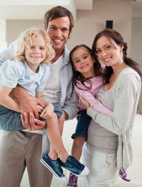 Portret familie poseren samen woonkamer huis Stockfoto © wavebreak_media