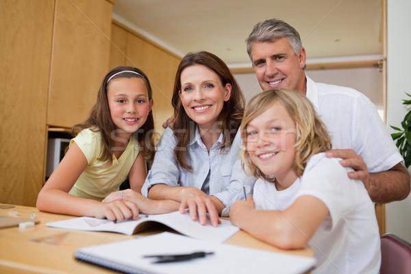 Ouders helpen kinderen huiswerk boek kind Stockfoto © wavebreak_media