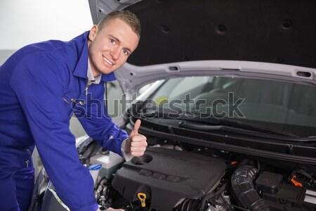Sorridere meccanico guardando fotocamera garage sorriso Foto d'archivio © wavebreak_media
