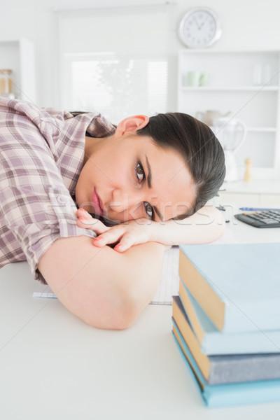 Mujer mesa salón libro de trabajo Foto stock © wavebreak_media
