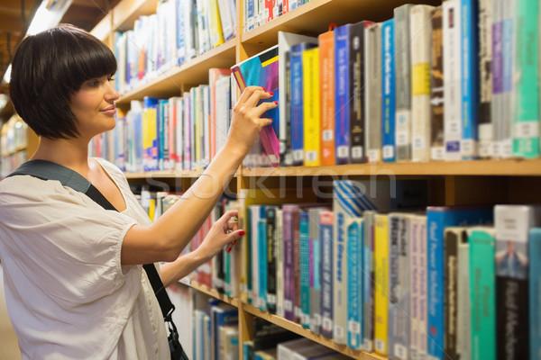 Mujer fuera libro plataforma biblioteca Foto stock © wavebreak_media