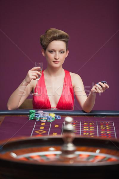 Kadın oynama rulet tek başına kumarhane para Stok fotoğraf © wavebreak_media