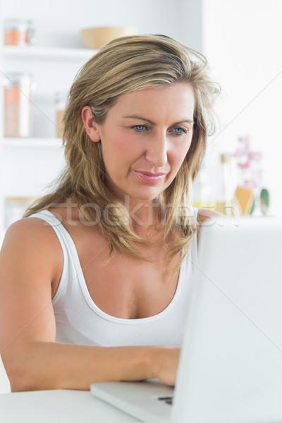 Contenido mujer blanco portátil cocina ordenador Foto stock © wavebreak_media
