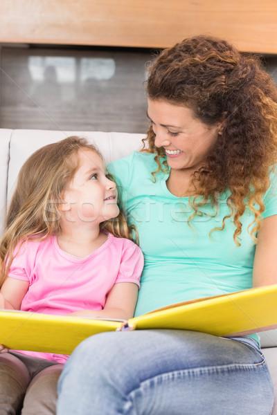 Gelukkig moeder vergadering weinig dochter lezing Stockfoto © wavebreak_media