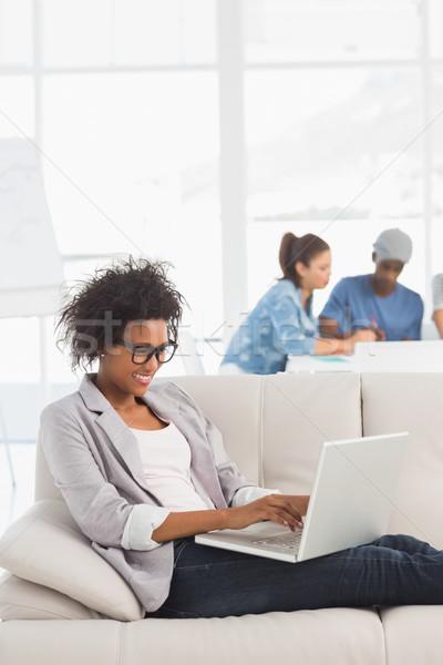 Mujer usando la computadora portátil colegas creativa Foto stock © wavebreak_media