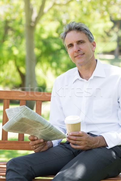 üzletember eldobható csésze újság park portré Stock fotó © wavebreak_media