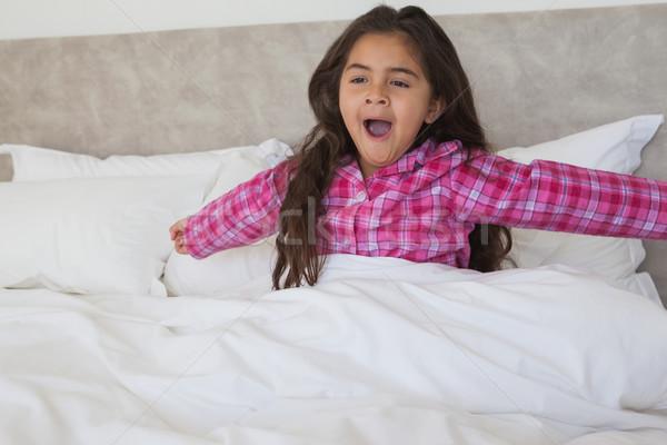 Menina brasão cama jovem Foto stock © wavebreak_media