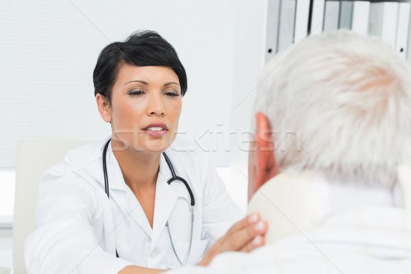 Vrouwelijke arts onderzoeken senior nek Stockfoto © wavebreak_media
