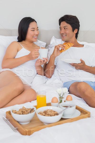 Gelukkig paar ontbijt bed home slaapkamer Stockfoto © wavebreak_media