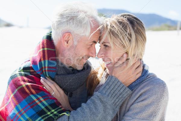 Boldog házaspár átkarol tengerpart fényes hideg Stock fotó © wavebreak_media