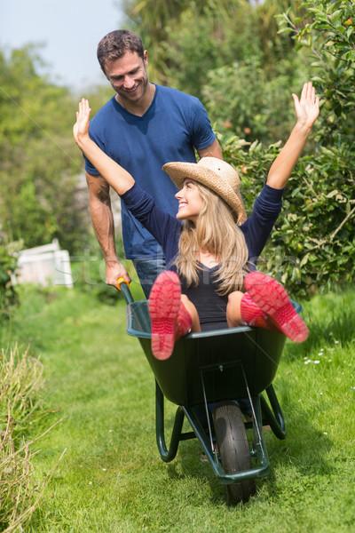 Adam itme kız arkadaş el arabası ev bahçe Stok fotoğraf © wavebreak_media