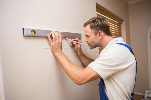 Trabajador de la construcción espíritu nivel casa hombre Foto stock © wavebreak_media