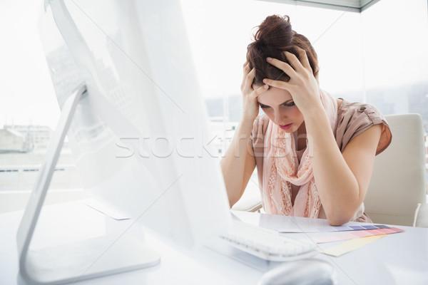 Kimerült üzletasszony dolgozik szín minta iroda Stock fotó © wavebreak_media