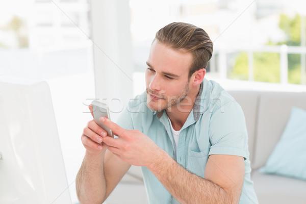 Derűs üzletember sms üzenetküldés iroda számítógép telefon Stock fotó © wavebreak_media