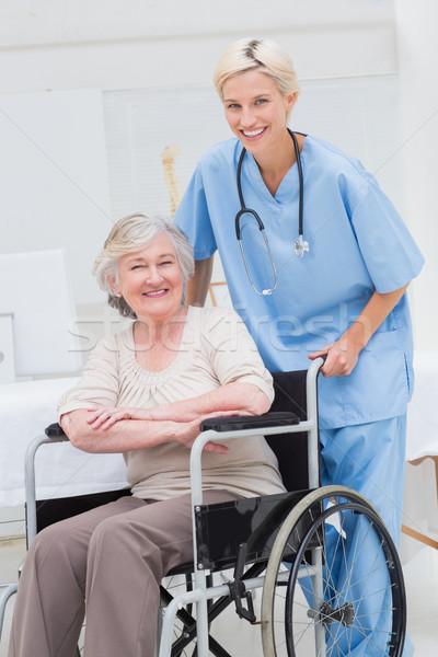 Vrouwelijke verpleegkundige voortvarend senior patiënt rolstoel Stockfoto © wavebreak_media