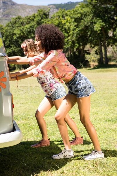Heureux amis poussant mini van femme Photo stock © wavebreak_media