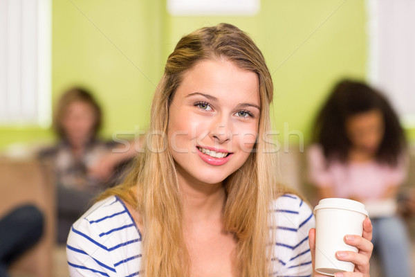 Jeune femme jetable tasse Photo stock © wavebreak_media