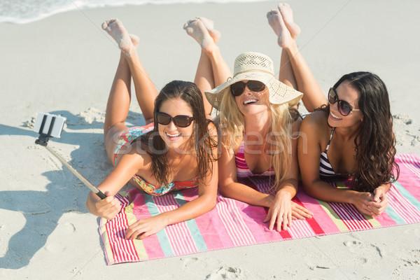 Grupo amigos toma mujer feliz moda Foto stock © wavebreak_media