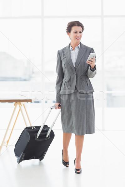 üzletasszony sms üzenetküldés üzleti út teljes alakos gyönyörű fiatal Stock fotó © wavebreak_media