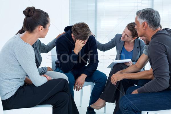 Troostend ander afkickkliniek groep therapie man Stockfoto © wavebreak_media