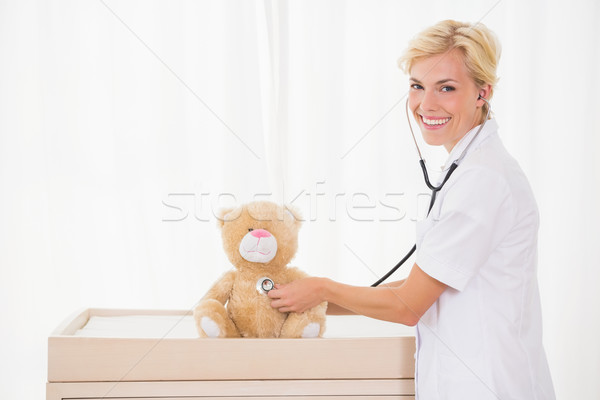 Sorridente médico estetoscópio ursinho de pelúcia médico Foto stock © wavebreak_media