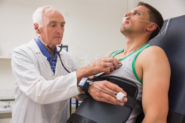 Férfi talál ki orvosi centrum orvos Stock fotó © wavebreak_media