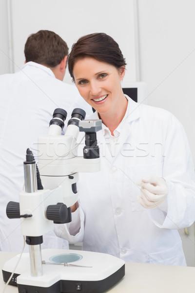 Scienziati lavoro microscopio computer laboratorio donna Foto d'archivio © wavebreak_media