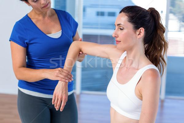 Foto stock: Terapeuta · examinar · brazo · médicos · oficina · manos