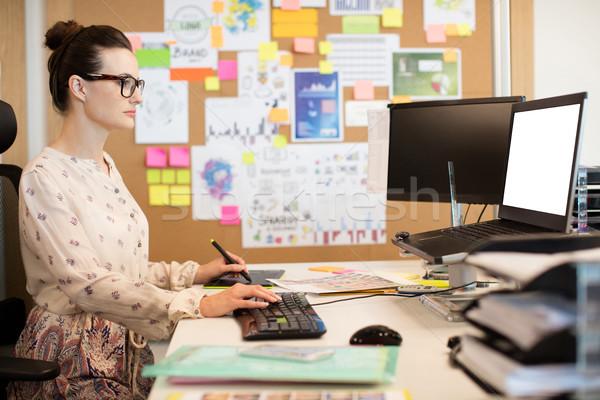 Sério empresária trabalhando teclado secretária escritório Foto stock © wavebreak_media