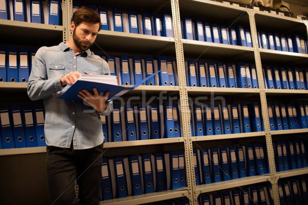 Zakenman lezing bestand permanente computer Stockfoto © wavebreak_media