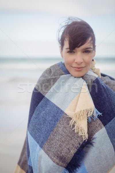 Portret młoda kobieta zamknięte koc plaży kobieta Zdjęcia stock © wavebreak_media