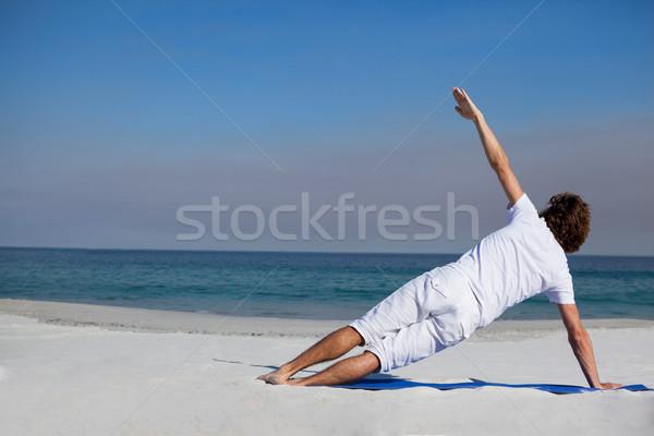 Férfi előad jóga tengerpart napos idő természet Stock fotó © wavebreak_media
