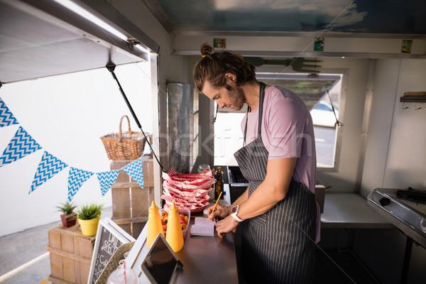 Kelner piśmie notatnika żywności ciężarówka Licznik Zdjęcia stock © wavebreak_media