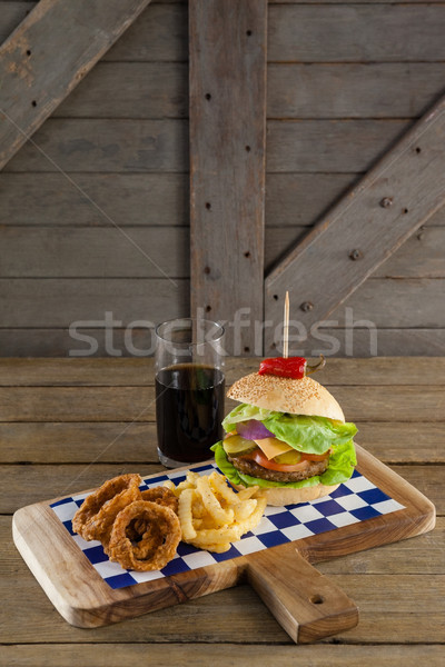 Hamburguesa cebolla anillo bebida fría tabla de cortar Foto stock © wavebreak_media