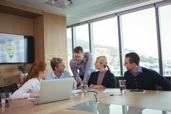 üzletemberek megbeszél tárgyalóterem iroda nő ablak Stock fotó © wavebreak_media