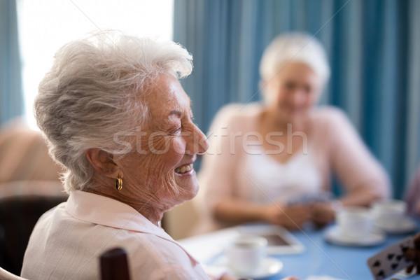счастливым старший женщину сидят друзей таблице Сток-фото © wavebreak_media
