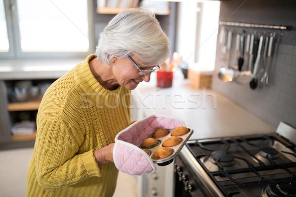 Mosolyog idős nők tart frissen sült Stock fotó © wavebreak_media