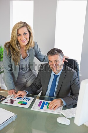 Portret szczęśliwy koledzy ręce podbródek posiedzenia Zdjęcia stock © wavebreak_media