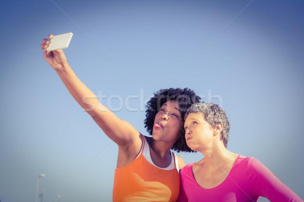 Dos deportivo mujeres posando toma mujer Foto stock © wavebreak_media